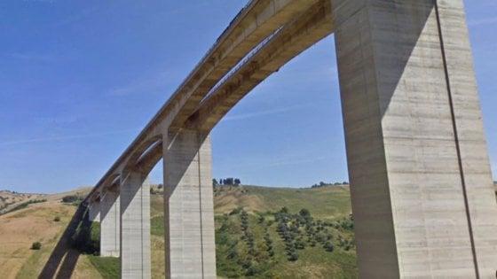 """Chiusura viadotto Cerrano sulla A14, il Gip di Avellino: """"Pile spostate di 7 cm"""". Autostrade: """"No, è il suolo"""""""