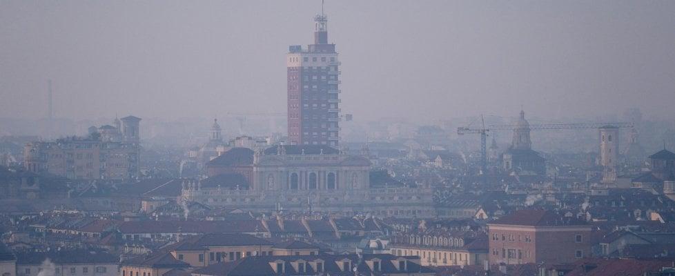 Alta pressione e niente pioggia, scatta l'allarme smog nelle città: stop alle auto dal nord a Roma