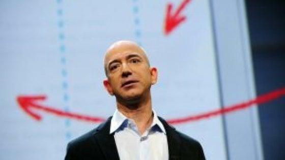 """Australia, Bezos dona 690 mila dollari. Il miliardario criticato sui social: """"Li guadagna in 3 minuti"""""""