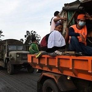 """Filippine, più di 20.000 bambini evacuati dalla """"zona di pericolo"""" attorno al vulcano in eruzione"""