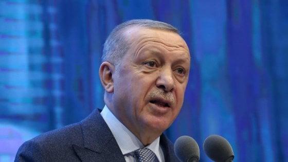 """Libia, Erdogan: """"Stiamo inviando le truppe"""". Haftar e al Serraj confermano presenza a conferenza di Berlino"""