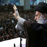 """Iran, l'ayatollah Khamenei alla folla in preghiera: """"Trump è un pagliaccio, ci colpirà..."""