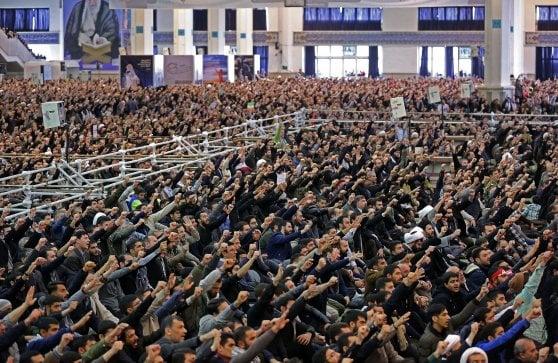 """Iran, l'ayatollah Khamenei alla folla in preghiera: """"Trump è un pagliaccio, ci colpirà alle spalle"""""""