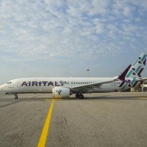 Volo Olbia-Roma, paura a bordo per fumo in aereo: atterraggio d'emergenza