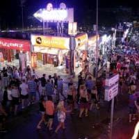 Spagna, le Baleari contro il turismo alcolico. No a happy hour e open bar