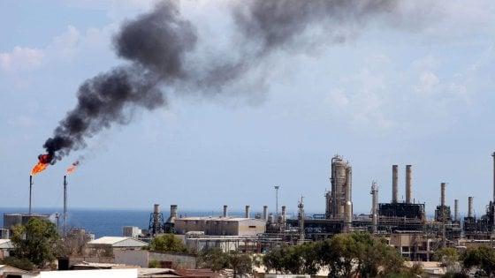 Libia, Haftar chiude anche i pozzi petroliferi Eni nel Sud