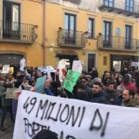 Salvini contestato in Calabria: fischi e cori lo accolgono a Serra San Bruno