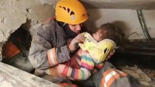 Terremoto in Turchia, dopo 28 ore salve una bambina di 2 anni e la madre video
