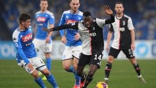 · Napoli-Juventus in diretta 2-0Roma-Lazio, errori e pareggio: 1-1Parma-Udinese 2-0Samp-Sassuolo 0-0Verona-Lecce 3-0Inter, altro pareggio: 1-1 con il Cagliari. Gol e rosso per Lautaro, lo sputo di Ranocchia video