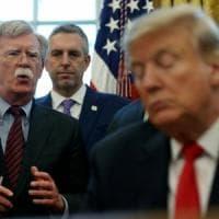 """Impeachment, Bolton in un libro: """"Trump vincolò aiuti a Kiev ad aperture inchieste sui..."""