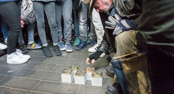 """Gunter Demnig, l'artista delle pietre d'inciampo: """"Segni che rimarranno nel futuro"""""""