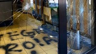 """Vetrina rotta e svastiche in un bar di una italo-marocchina nel BrescianoRep Tv Madiha, la vittima: """"Chiudo il bar, ho paura"""" di ANDREA LATTANZI"""