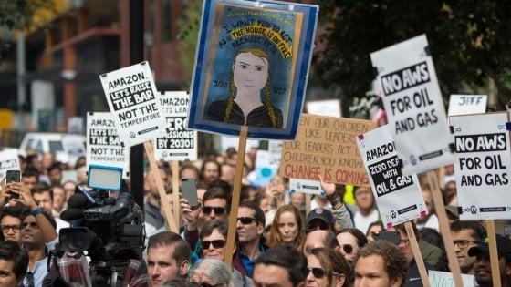 """Amazon, dipendenti ribelli protestano per il clima: """"Bisogna fare di più"""""""