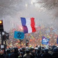 """Parigi, la rabbia dei vigili del fuoco: """"Vogliamo salari più alti"""""""