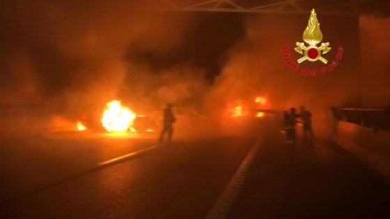 Auto in fiamme su A1 all