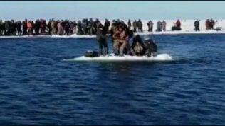 Si stacca banchisa di ghiaccio: centinaia di pescatori alla deriva