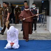 Indonesia, il primo giustiziere donna: frustate a una ragazza che ha fatto sesso fuori dal...