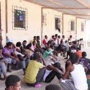 """Migranti, l'Unhcr costretto a sospendere l'attività nel centro di Tripoli che ospita i rifugiati in transito. """"Troppo pericoloso"""""""