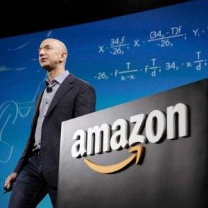 Wall Street: Amazon entra nel club del trilione, crolla Facebook