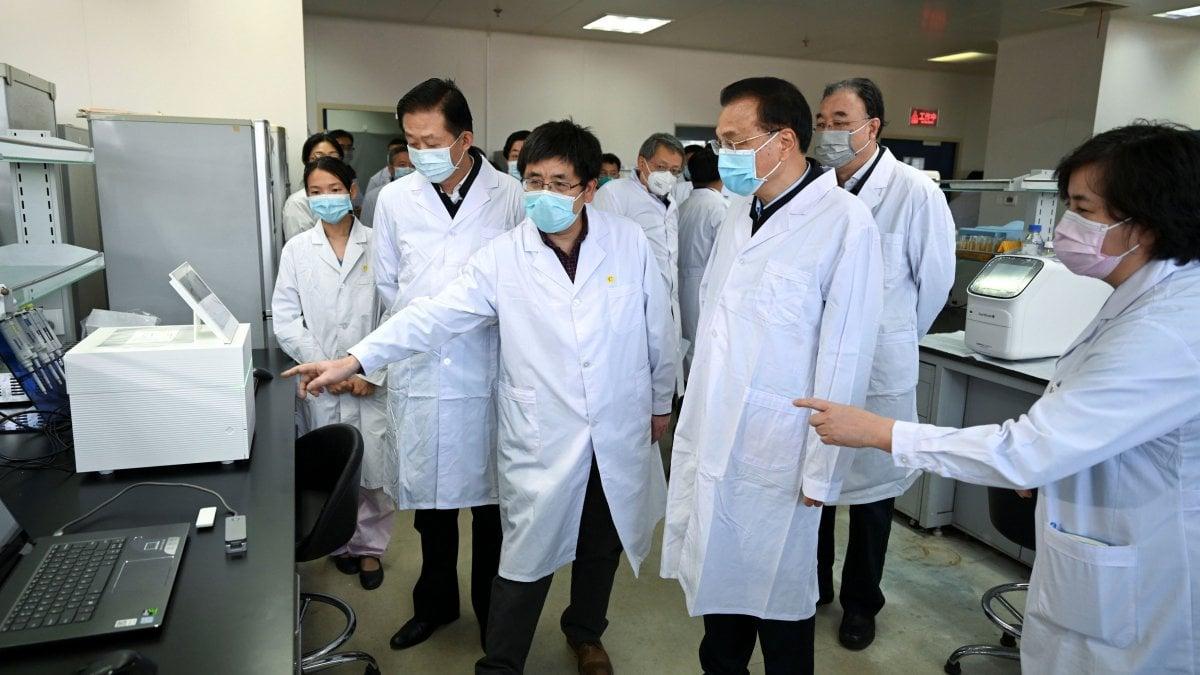 """Coronavirus: in Cina 10 mila contagiati dall'epidemia, più della Sars. I morti sono 213. Messaggio all'Onu: """"Evitare reazioni eccessive"""""""