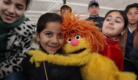 """I pupazzi di 'Sesame Street' dai bambini siriani: """"In tv e dal vivo. Resteremo per anni, hanno bisogno di noi"""""""