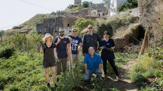 Volontari a Grottole lavorano la terra nell'ambito di un progetto sostenuto da Airbnb