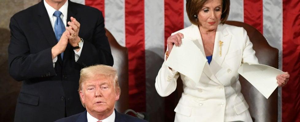 """Stato Unione, Trump: """"Il meglio deve ancora venire"""". Pelosi strappa copia del discorso"""