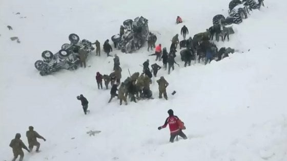 Turchia, nuova valanga sui soccorritori che cercavano dispersi dopo una prima slavina: 38 morti