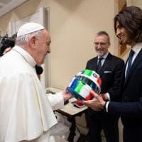 Formula Uno, il Papa autografa il casco di Antonio Giovinazzi