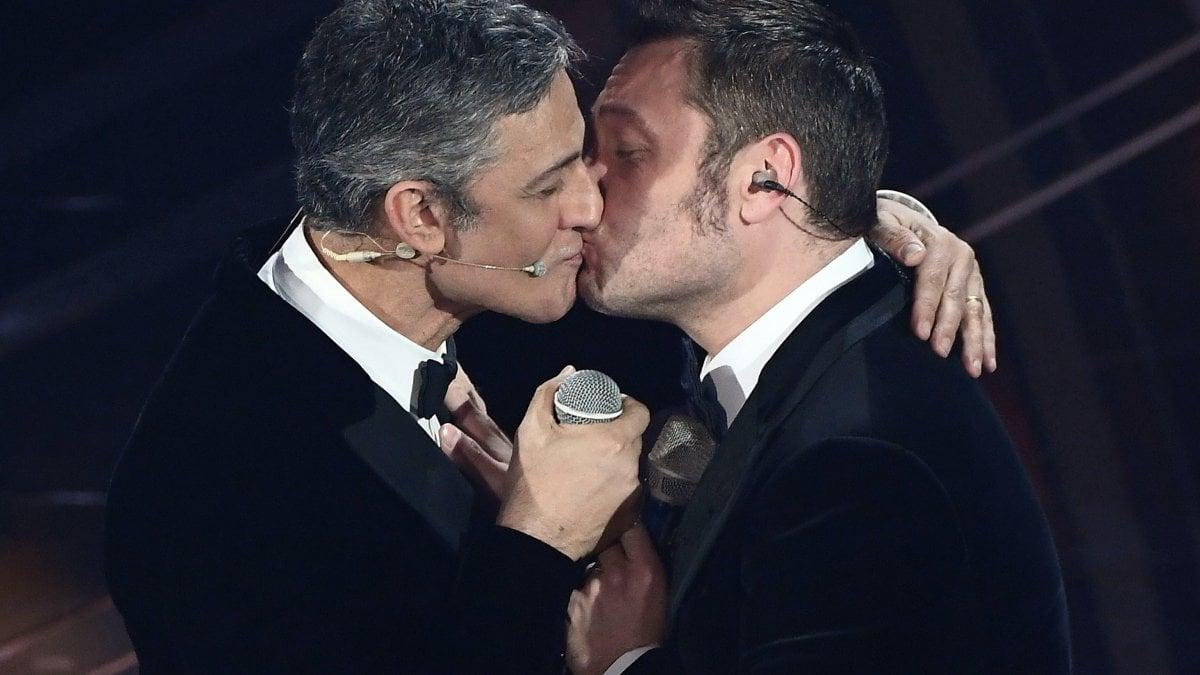Sanremo 2020, duetto e bacio sulle labbra tra Fiorello e Ferro. Leo Gassmann vince tra le nuove proposte. Bugo non si presenta, salta l'esibizione con Morgan