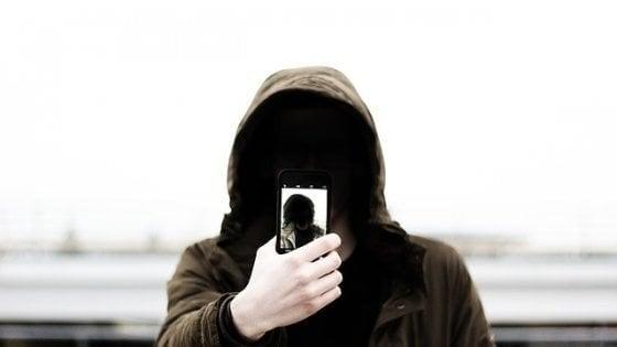 I selfie sono sempre più un'ossessione: se ne fanno 93 milioni al giorno