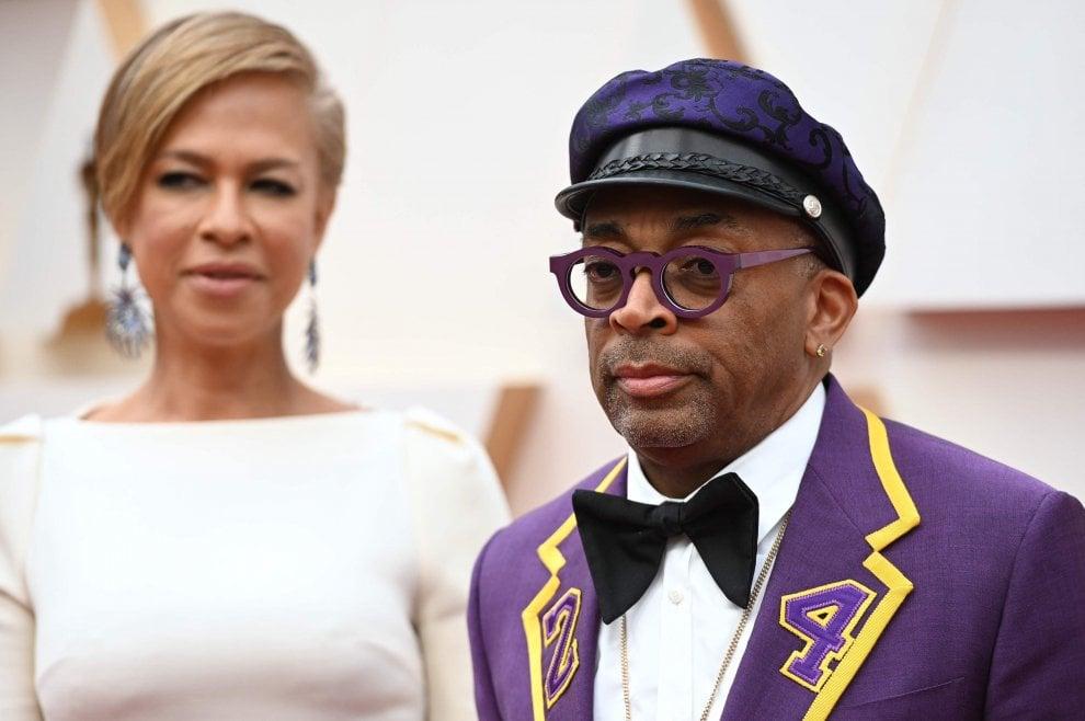 Oscar 2020, i divi sul red carpet da Sigourney Weaver a Spike Lee che omaggia Kobe Bryant e la figlia