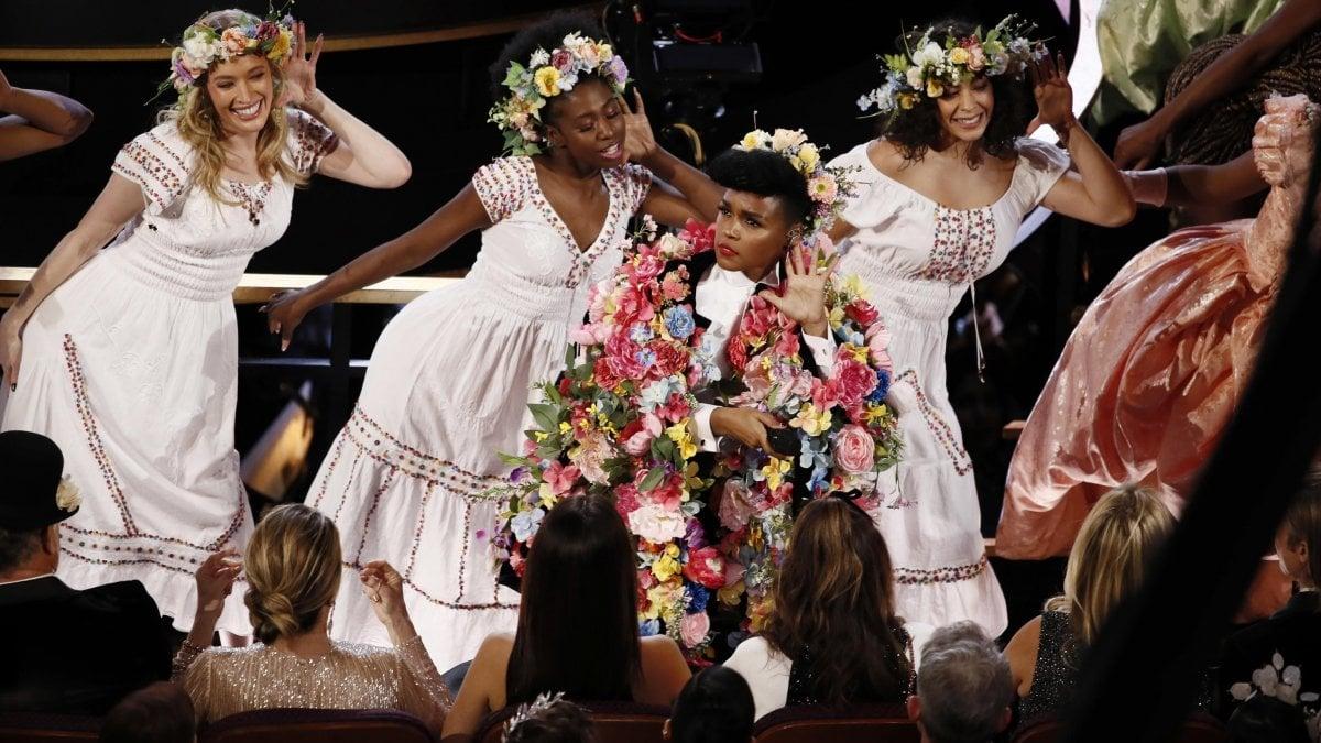 """Oscar 2020, Oscar per Brad Pitt: """"Ai miei figli"""" e a Laura Dern: """"Ai miei genitori"""""""