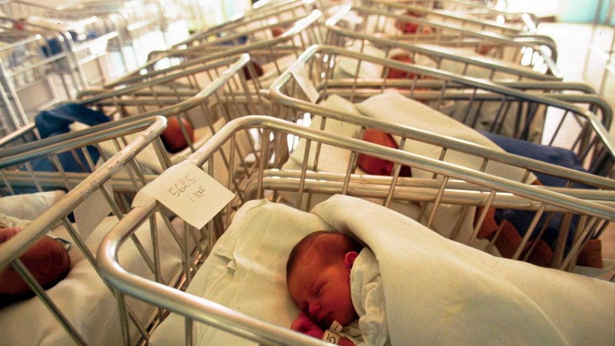 """Istat, 116 mila italiani in meno. Poche nascite, è il """"ricambio naturale"""" più basso in oltre un secolo"""