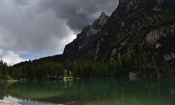 Dolomiti: l'overtourism stritola il lago di Terence Hill. Braies si darà dei limiti