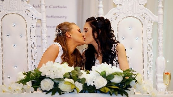 Primo matrimonio gay in Irlanda del Nord, Robyn e Sharni spose