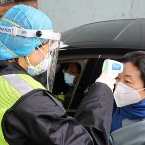 """Coronavirus, altri 242 morti nella provincia di Hubei: il totale sale a 1.350. L'ambasciata cinese a Roma: """"Basta aggressioni"""""""