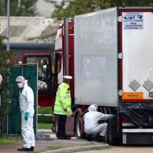 Essex, le indagini sui 39 migranti vietnamiti morti nel camion frigo per ipossia e ipertermia