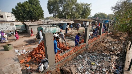 India, un muro per nascondere i poveri: la costruzione voluta da Modi per la visita di Trump