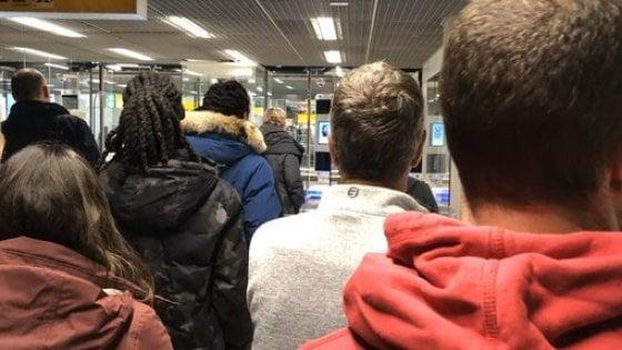 """Ore di fila in aeroporto ad Amsterdam per il brexiter convinto: """"Sono disgustato"""""""