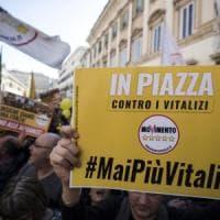 """Vitalizi: piazza M5s tra slogan """"onestà"""" e attacchi a Italia viva. Di Maio difende..."""