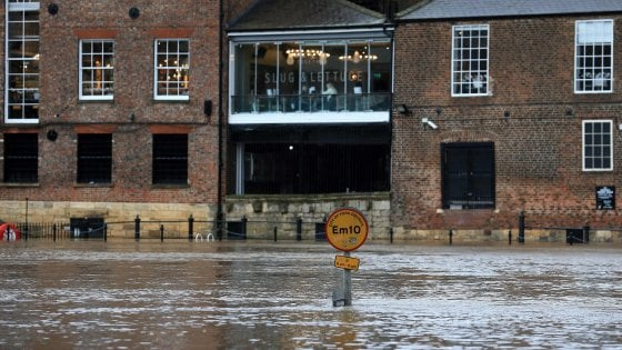 Regno Unito, allerta massima per la tempesta Dennis. Morto un uomo caduto in fiume nel Galles del Sud