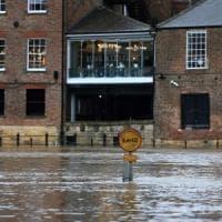 Regno Unito, allerta massima per la tempesta Dennis. Morto un uomo caduto in fiume nel...