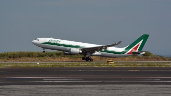 """Londra, """"passeggero indisciplinato"""": aereo Alitalia Roma-New York atterra a Heathrow"""