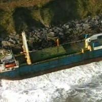 """Irlanda, dopo un anno alla deriva """"nave fantasma"""" si incaglia vicino Cork. Colpa della..."""