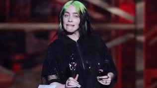 """Brit Awards, Billie Eilish in lacrime sul palco: """"Ultimamente mi sono sentita odiata"""""""