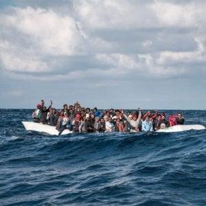 """Migranti, quattro salvataggi in 48 ore, 200 riportati a Tripoli sotto le bombe. Appello dell'Oim: """"Si trovino alternative di sbarco sicure""""."""