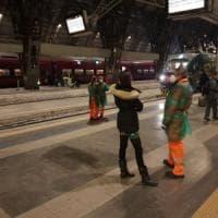 Coronavirus, casi sospetti: due treni bloccati per ore a Lecce e a Milano