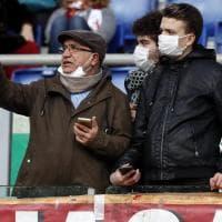Coronavirus, Roma-Lecce: allo stadio spuntano tifosi con la mascherina