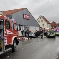 Germania, auto tra la folla al Carnevale: oltre 30 i feriti, anche bambini. Due arresti